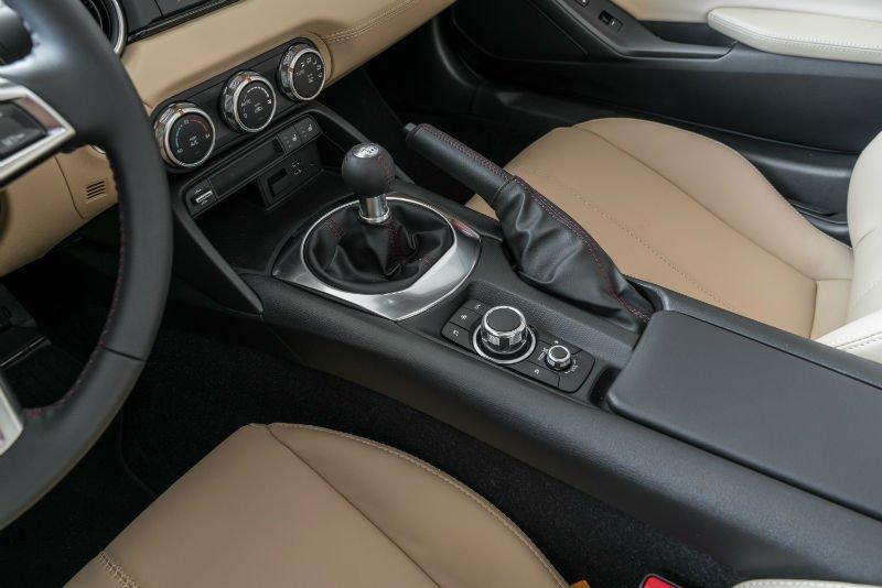 opinion les cinq meilleures bo tes de vitesse manuelle en vente en ce moment luxury car magazine. Black Bedroom Furniture Sets. Home Design Ideas