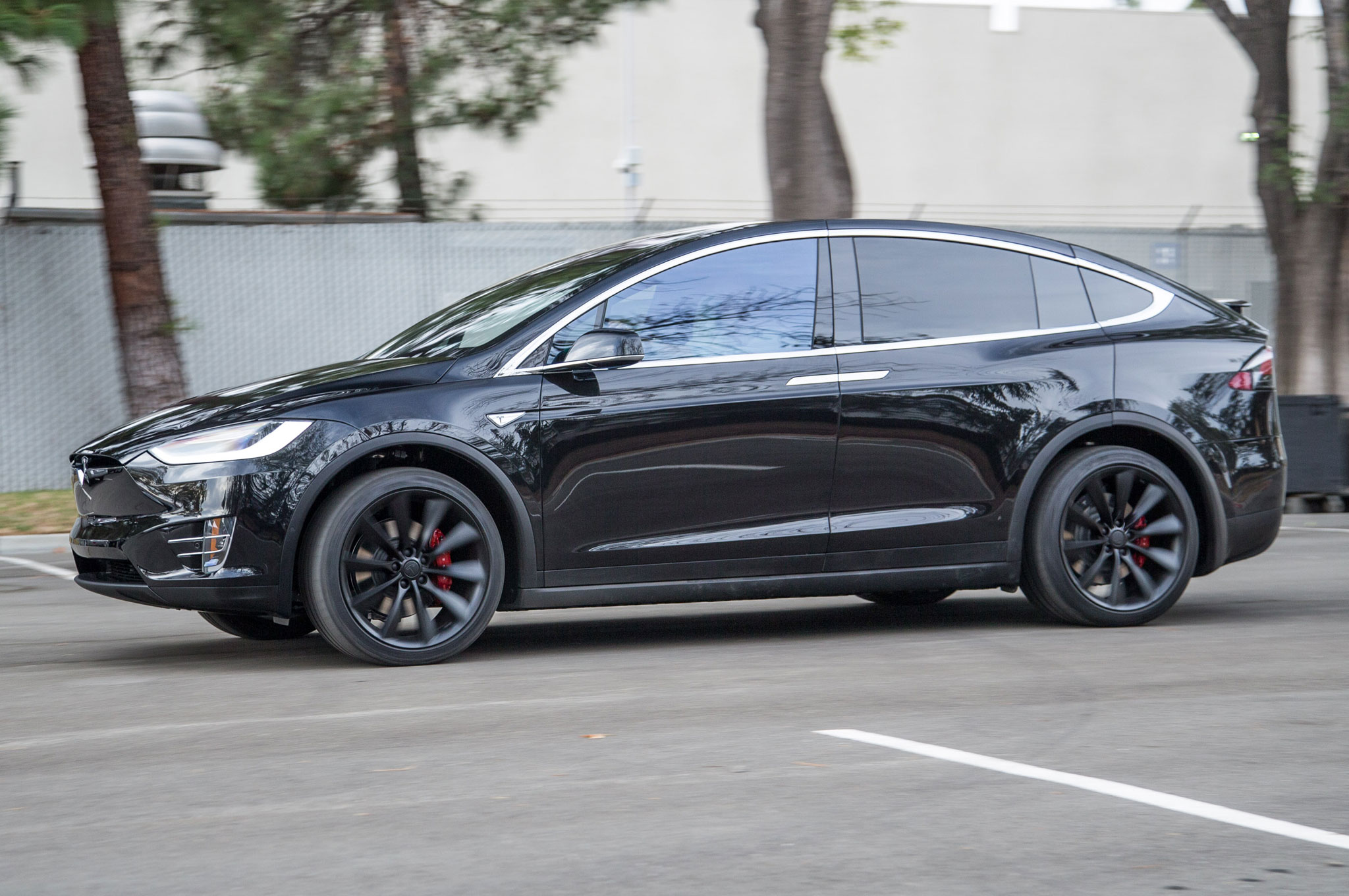 2016-Tesla-Model-X-side-motion-view