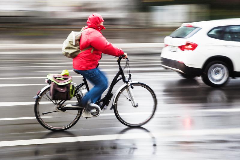 cycliste et auto